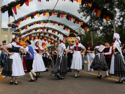 Desfile Oficial e Parada Festiva abrem a programação do primeiro sábado da 32ª Oktoberfest de Igrejinha