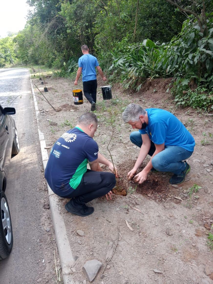 Vitrine do Bem: Assici promoveu plantio de mudas de árvores