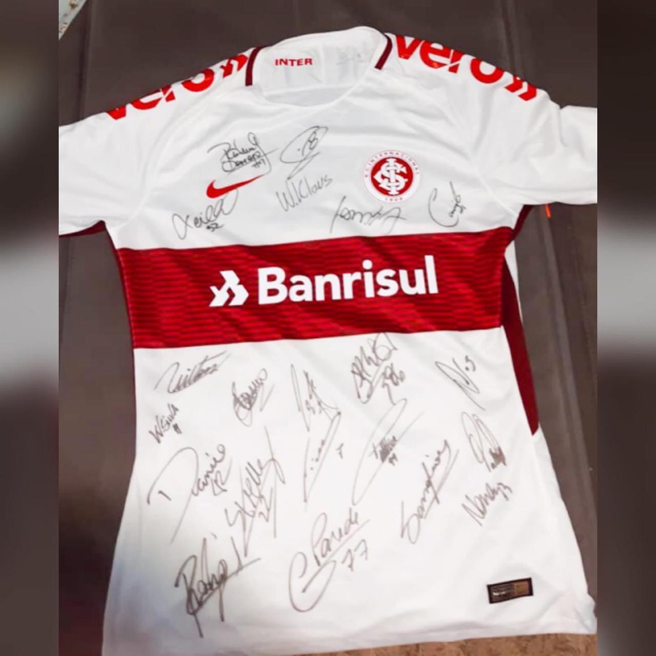 Vitrine do Bem: camiseta autografada por jogadores do Inter é doada para o hospital