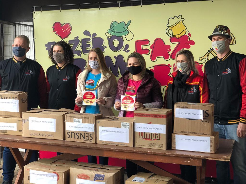 Vitrine do Bem: princesas da 32ª Oktoberfest doam kits de higiene bucal e pessoal