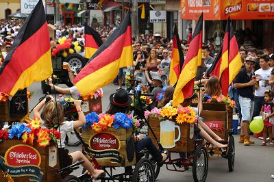 Desfile Oficial resgatou história da festa e levou população às ruas