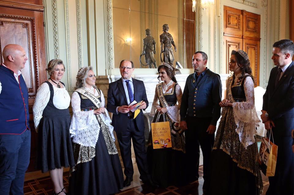 Governador recebe convite para abertura da festa