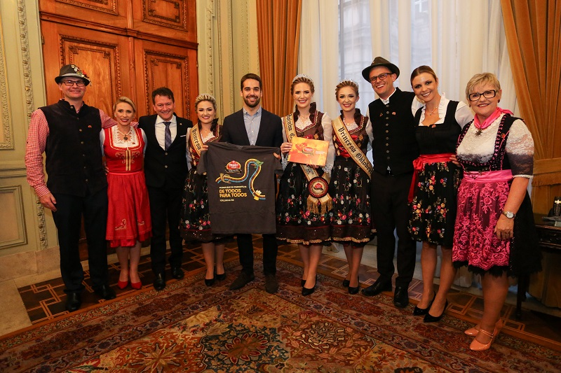 Governador Eduardo Leite recebe convite para festa
