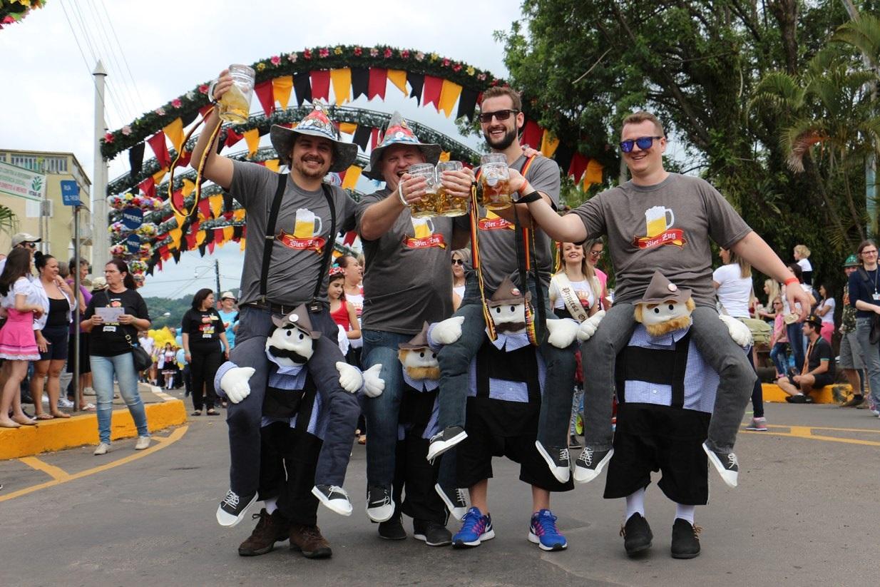 Parada Festiva toma as ruas centrais e leva grupos para a premiação da Camiseta Criativa na tarde de sábado (20)